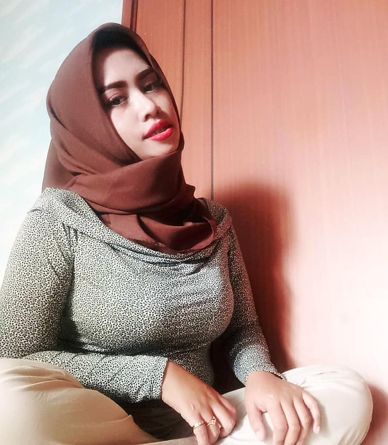 Cewek Muslimah Seksi pakai Baju Ketat Jilbob