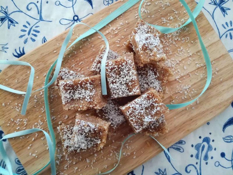 Foto: Dolcetti raw mandorle, datteri e cocco