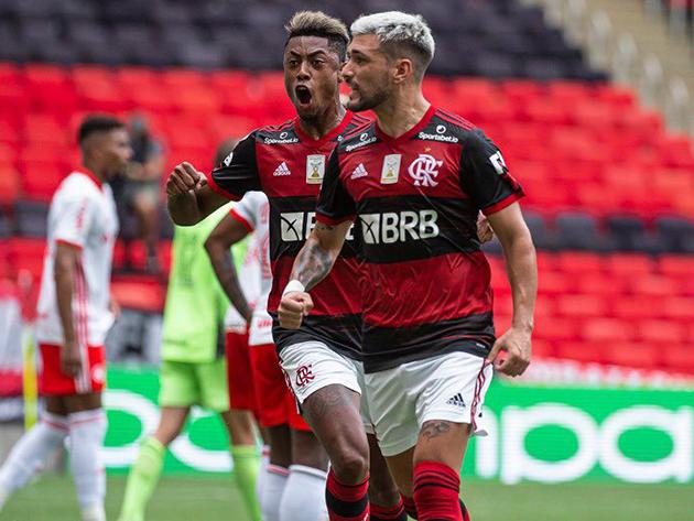 """Flamengo vence """"final"""" contra o Inter e vira líder a uma rodada do fim"""
