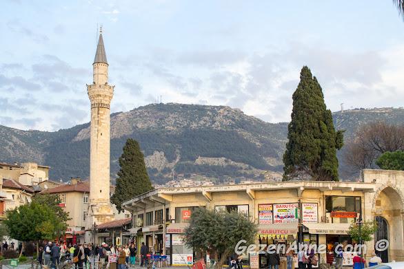 Ulu Cami ve arkada Antakya'nın eteklerine kurulduğu Habib-i Neccar Dağlar, Hatay