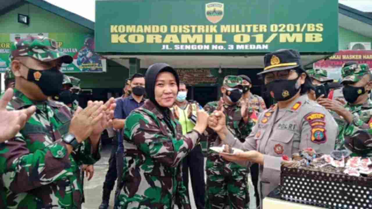Dirgahayu TNI Ke- 76, Polsek Medan Baru Berikan Suprise ke Koramil 01/MB Petisah Baru
