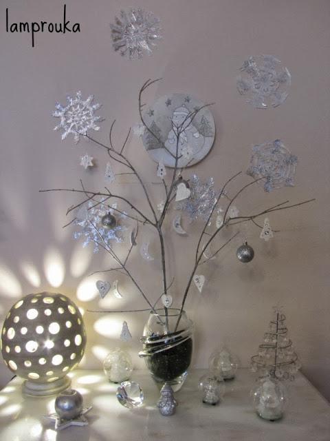 Λευκή χριστουγεννιάτικη διακόσμηση.