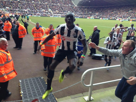 Papiss Cissé runs into Toon Army after late winner vs Fulham