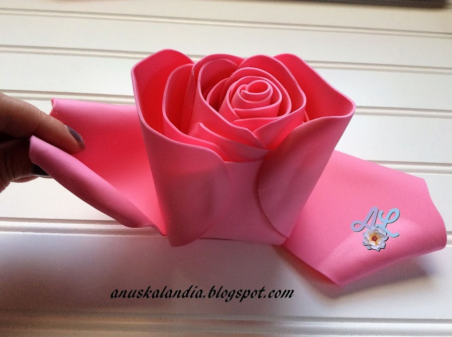 Rosa-gigante-en-goma-eva-o-foamy-18-5-hacer-doblez-centro-pétalo-Anuskalandia