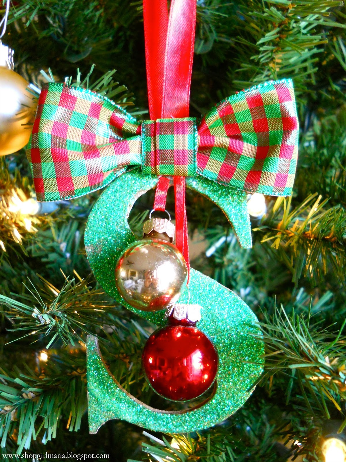 25 DIY Christmas Ornament Ideas to do with your kids, with friends, or by yourself! Add the handmade touch to your tree! Pin now to read now or later!