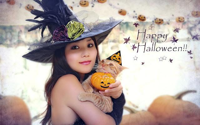 Vrouw met kat op arm tijdens Halloween