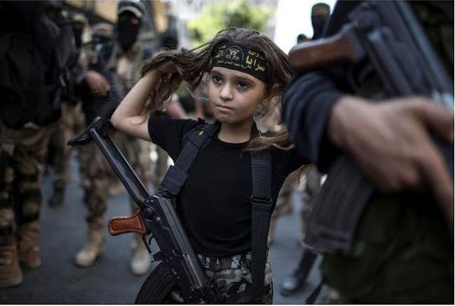 طفلة فلسطينية تحمل الكلاشينكوف وتشارك حملات الجهاد الإسلامي في غزة !