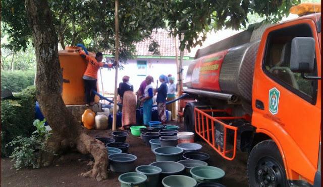 Suplai air bersih oleh BPBD di daerah kekeringan