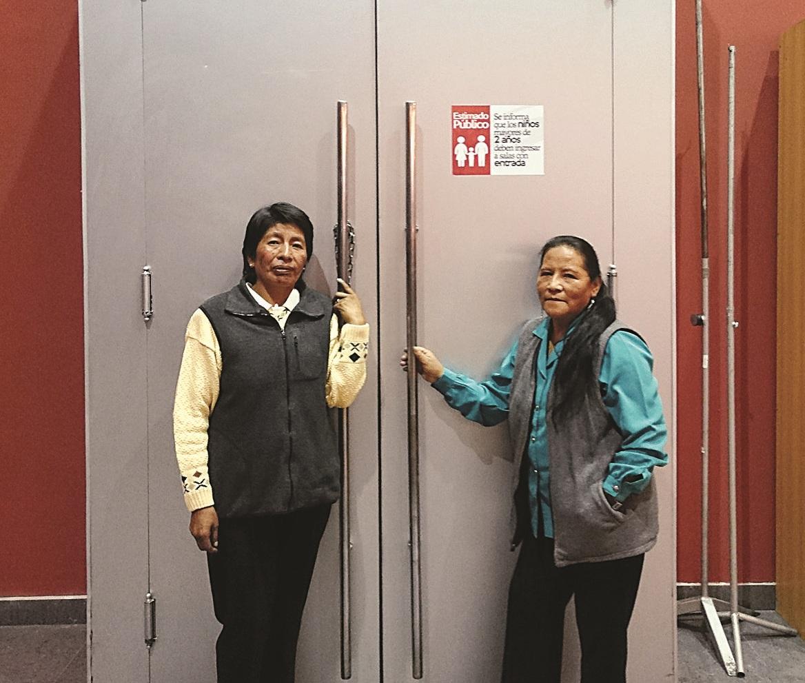 Clemencia (izq) junto a su inseparable compañera Ana en la puerta de ingreso a la sala Amalia Gallardo hace dos años / ARCHIVO PÁGINA SIETE