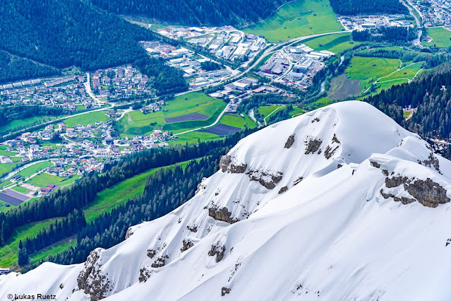 Kein alltäglicher Anblick für Ende Mai. Sattes grün in den Tälern, zum Teil noch tief winterlich auf den Bergen. Nördliche Stubaier Alpen (Foto: 21.05.2021)