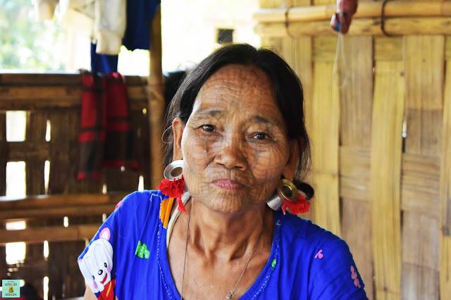 Mujer de cara tatuada en Rakhine State, Myanmar