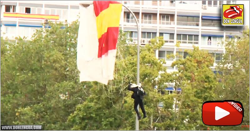 Paracaidista español quedó colgado de u farol durante un desfile frente a los Reyes de España
