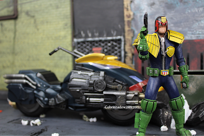 Mezco Toyz Exclusive One:12 Dredd and Lawmaster Set Review