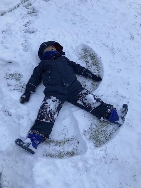 Schneeengel machen Jules kleines Freudenhaus
