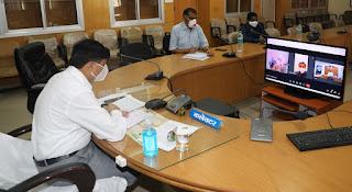 कलेक्टर दिनेश जैन ने वीडियो कॉन्फ्रेसिंग के माध्यम से ग्रामीणों की राजस्व संबंधी समस्याओं को सुना