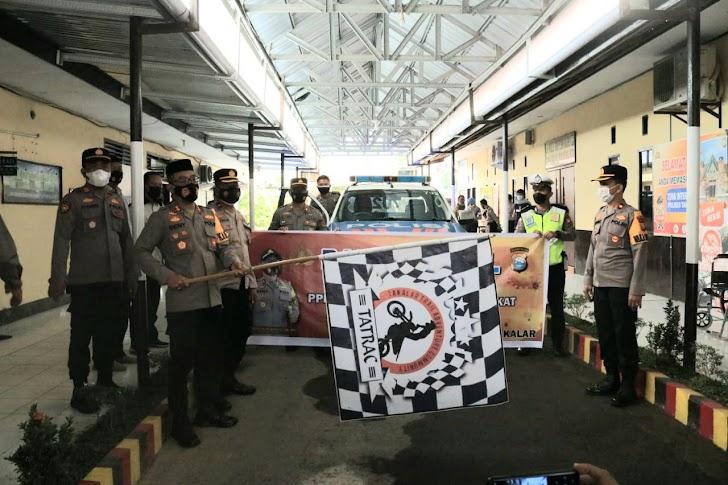 Kapolres Takalar Lepas 100 Paket Bantuan Sembako untuk Warga Terdampak  Covid-19