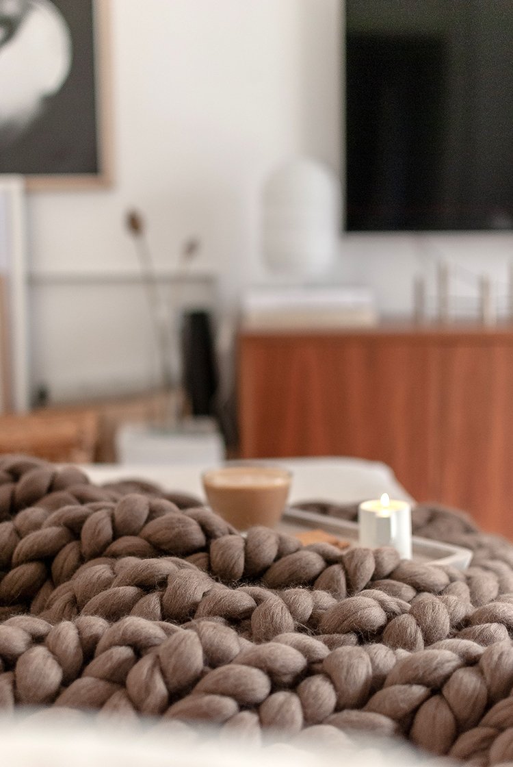 Chunky knit blanket review, premium Italian wool chunky blanket by Lana Franca on Etsy, giant knit blanket, extra large knit blankets. Styling and photo by Eleni Psyllaki for My Paradissi