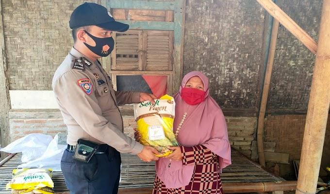 Bantu Warga Terdampak Covid-19 Dimasa PPKM Level 3, Polsek Carenang Salurkan Bantuan Beras kepada 20 Warga Kampung Renged