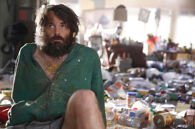 Will Forte rodeado de basura en una escena de Last Man On Earth