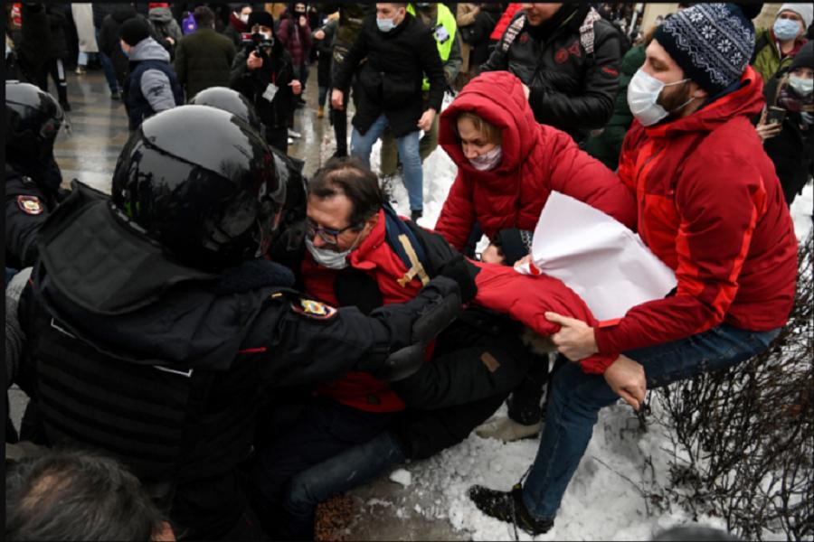 La policía detiene a manifestantes durante una manifestación en apoyo del líder opositor encarcelado Alexei Navalny en el centro de Moscú el 23 de enero de 2021 / VOA