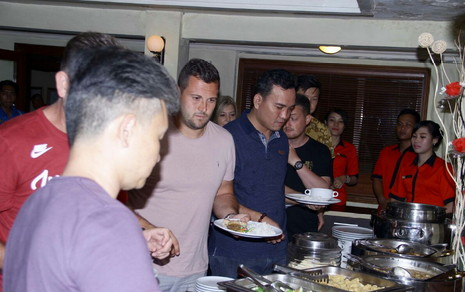 Pelatih Chelsea Dijamu Makan Malam