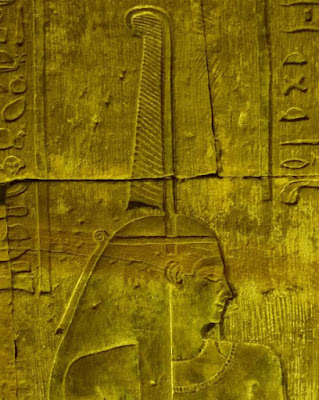 Rilievo murale di Maat nella parte orientale del piano superiore di Edfu, in Egitto. La piuma di struzzo può essere vista in cima alla sua testa.