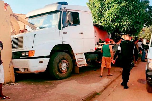 Idoso é atropelado por caminhão conduzido por menor e fica em estado grave