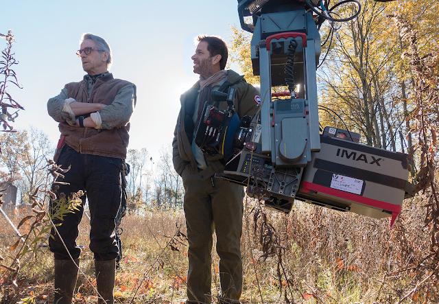 Jeremy Irons și regizorul Zack Snyder la filmările pentru Batman V Superman: Dawn Of Justice
