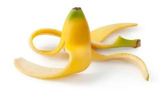 تبييض الاسنان بقشر الموز.