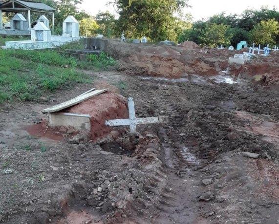 DENÚNCIA: Veículo oficial passa por cima de túmulos de mortos por COVID-19 na capital