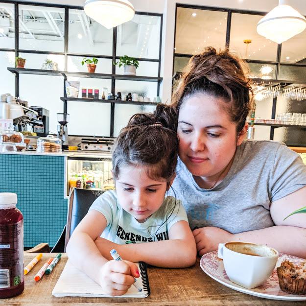 ma fille et moi, au café Halte Café Apéro dans le Vieux-Longueuil