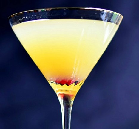FLIRTINI – PINEAPPLE CHAMPAGNE MARTINI #cocktails #juice