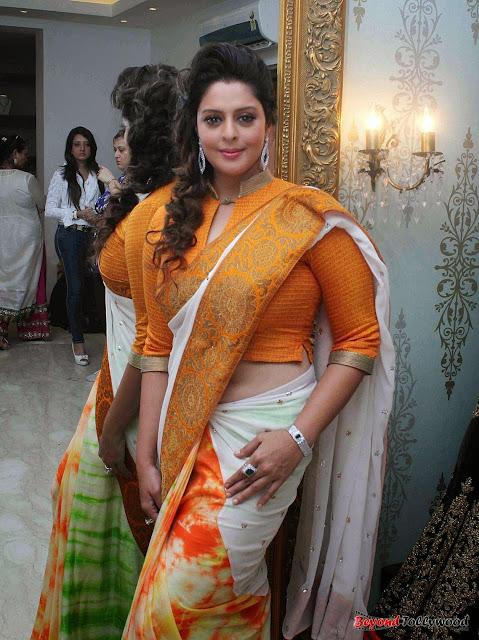 Nagma hip visible through designer saree