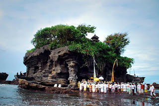 upacara piodalan masyarakat hindu bali di pura tanah lot