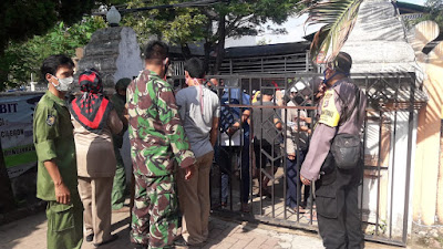 Bersama TNI, Polres Cilegon Amankan Kegiatan Penyaluran JPS Kepada Warga Terdampak Covid-19