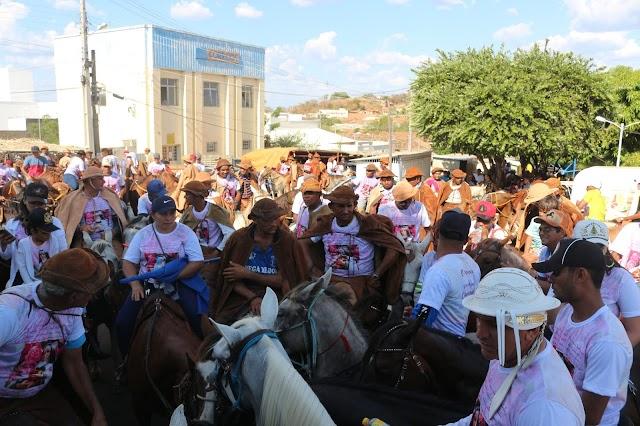 Cavalgada em Elesbão Veloso conta com a presença de centenas de vaqueiros; Neguinho Eugênio é homenageado.