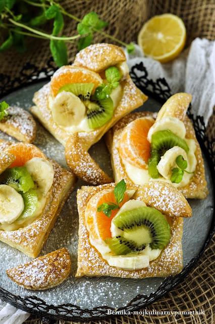 Ciastka-francuskie-z-budyniem-i-owocami