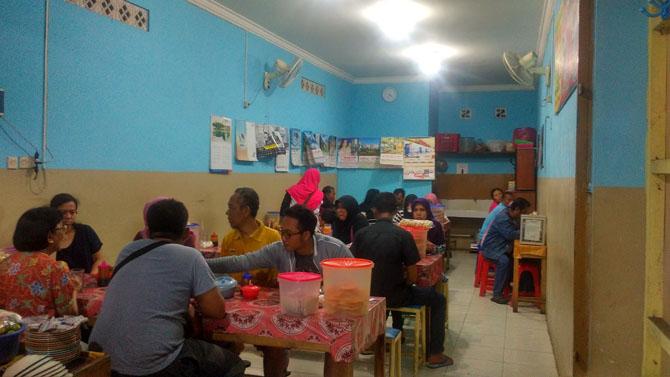 Suasana pengunjung di Sop Sapi Putra Sunda
