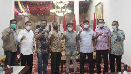 Pengurus DPD REI Riau foto bersama dengan Bupati Tanah Datar
