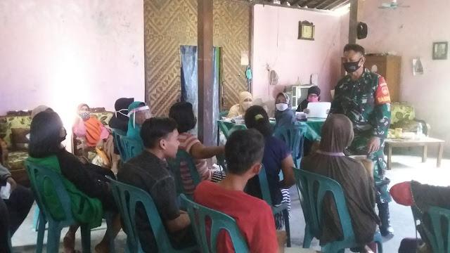Babinsa Koramil Ceper Kawal Penyaluran BPNT Di Desa Kujon