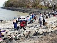 Surabaya Gelar Acara Bersihkan Pantai dari Sampah Plastik