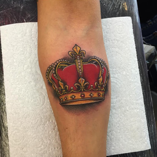 Este vermelha e coroa de ouro