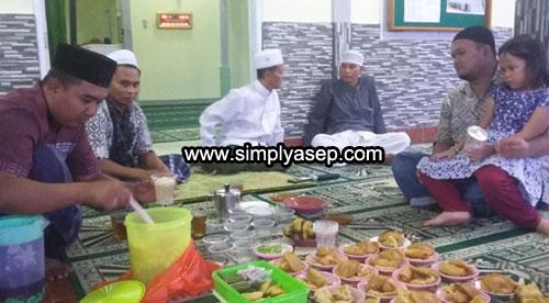 BUKBER : Acara Buka Puasa Bersama merupakan agenda baru Masjid Babusalam dalam  Ramadhan tahun 2018 ini dan Alhamdulilah program baru ini bisa berjalan sebulan penuh. Layak diteruskan di Ramadhan yang akan datang Insya Allah. Foto Asep Haryono