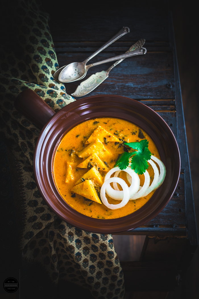 Paneer Makkhanwala also known as Paneer makhni, it is a classic and flavourful curry recipe which is served as a main vegetarian dish with Naan or Roti. It is prepared with Indian Cottage cheese and rich and buttery tomato sauce.