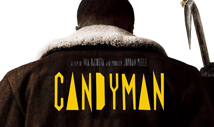 """Imagem: Home negro de costas, usando casaco de inverno e empunhando um pé de cabra que tem uma abelha pousada no topo. Na costas dele vem o texto """"Um filme de Nia DaCosta e Jordan Peele"""" """"Candyman""""."""""""