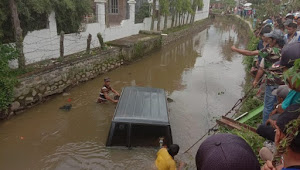 Viral Mobil Nyemplung Ke Dalam Sungai di Kota Sungai Penuh