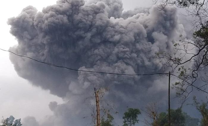 Gunung Semeru Luncurkan Awan Panas Sejauh 4,5 Kilometer