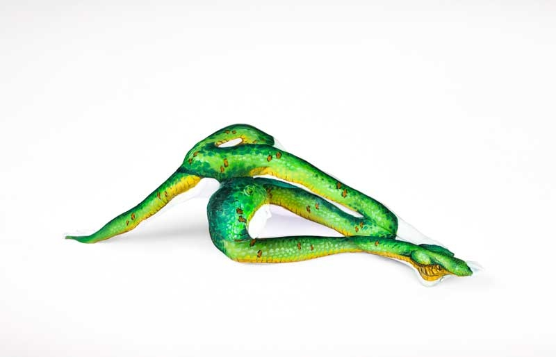 11-Palm-Viper-Snake-Emma-Fay-Body-Painting-with-Human-Canvasses-www-designstack-co