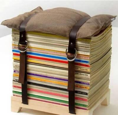 Tumpukan buku yang sudah diikat ini bisa berfungsi sebagai meja samping.