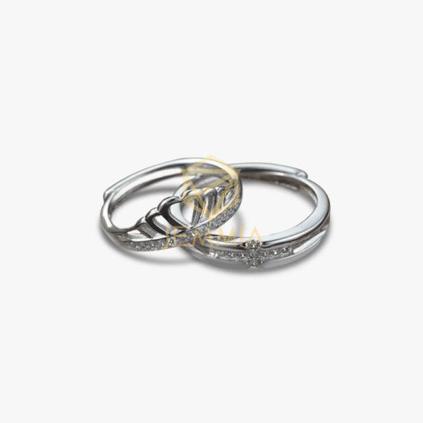 Nhẫn cưới bằng vàng trắng sẽ là bộ đôi kết hợp hoàn hảo với bộ váy trắng tinh khôi